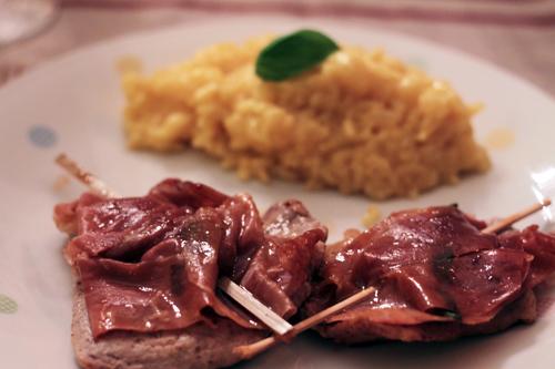 kalbsfleisch mit Schinken und Salbei und safransrisotto